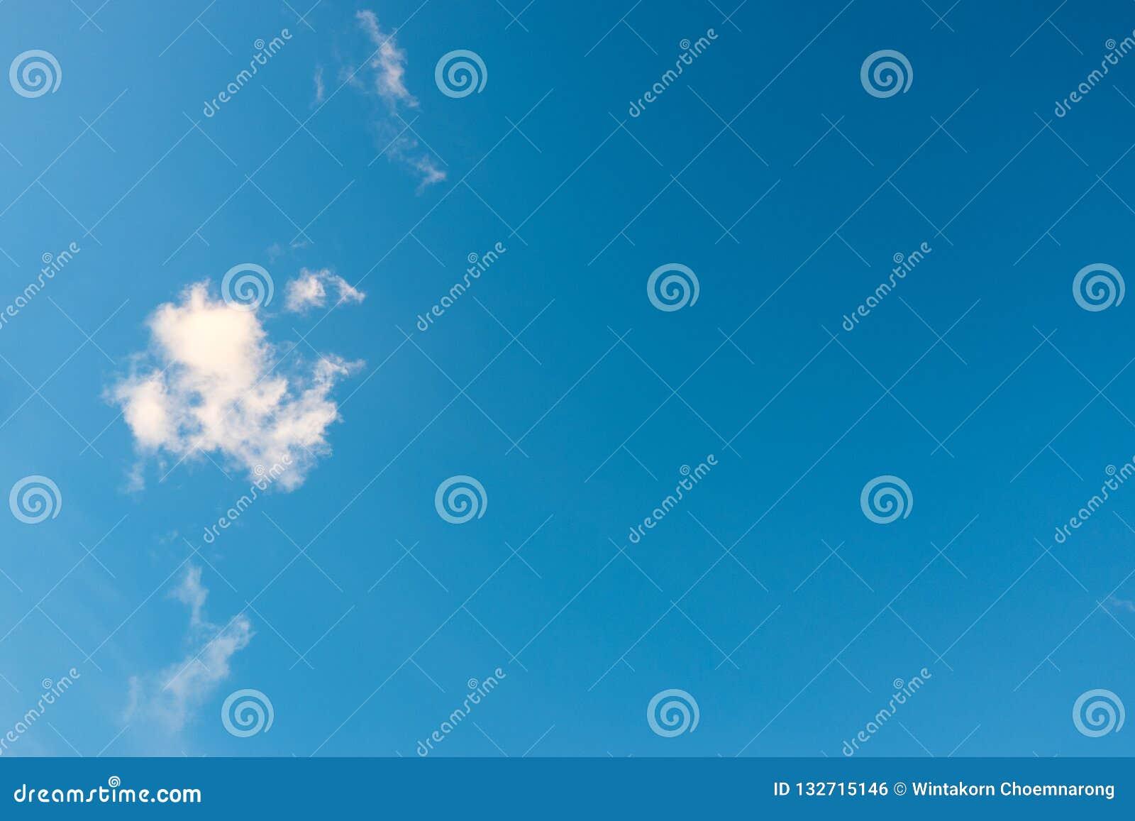 Blauer Himmel und kleine flaumige Wolken im Sommer Überraschen bewölkt