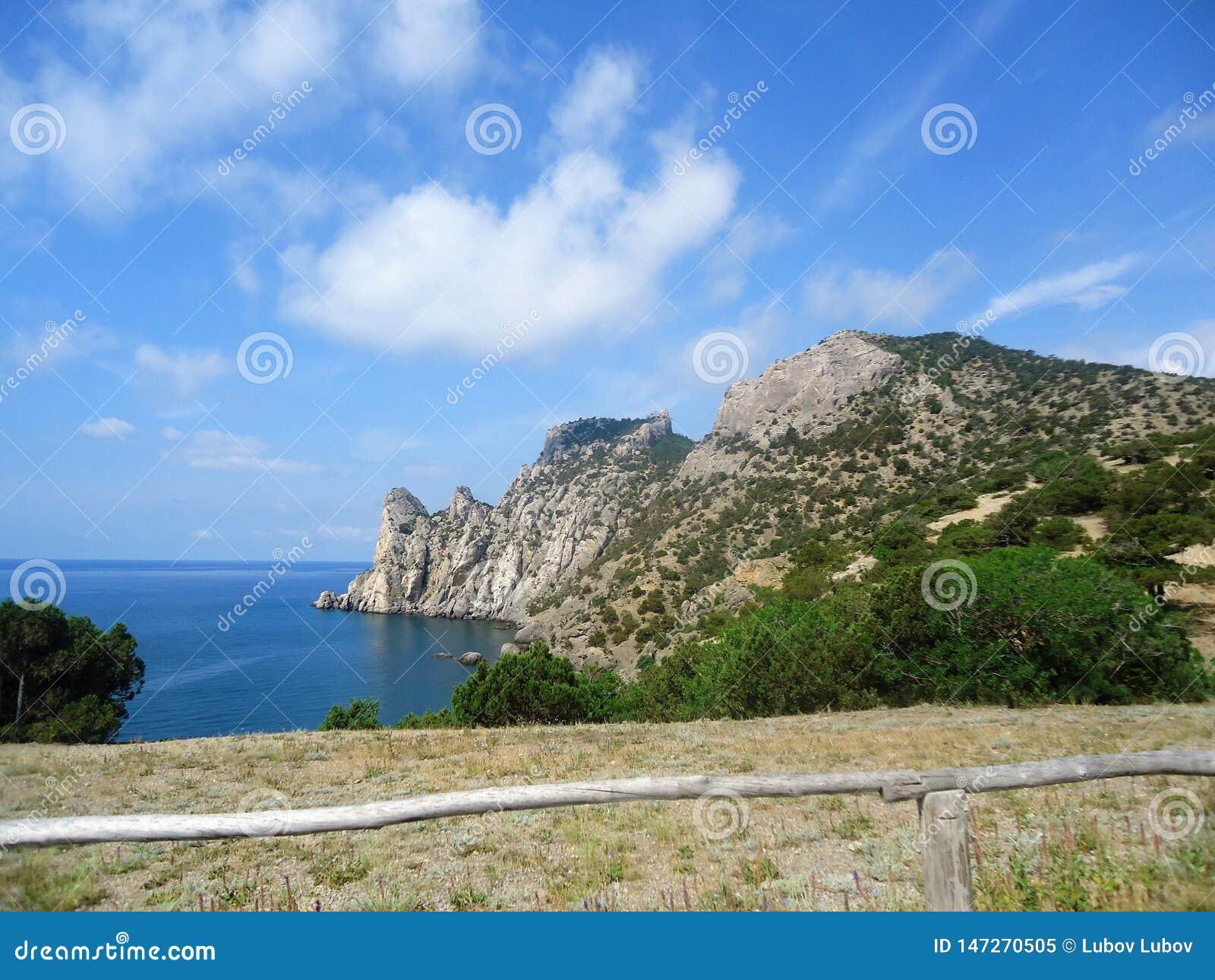 Blauer Himmel und schöne Berge der Insel der Liebe