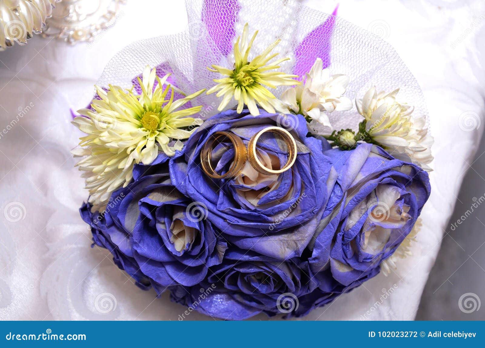 Blauer Hochzeitsblumenstrauss Und Ringe Schone Blaue Und Weisse