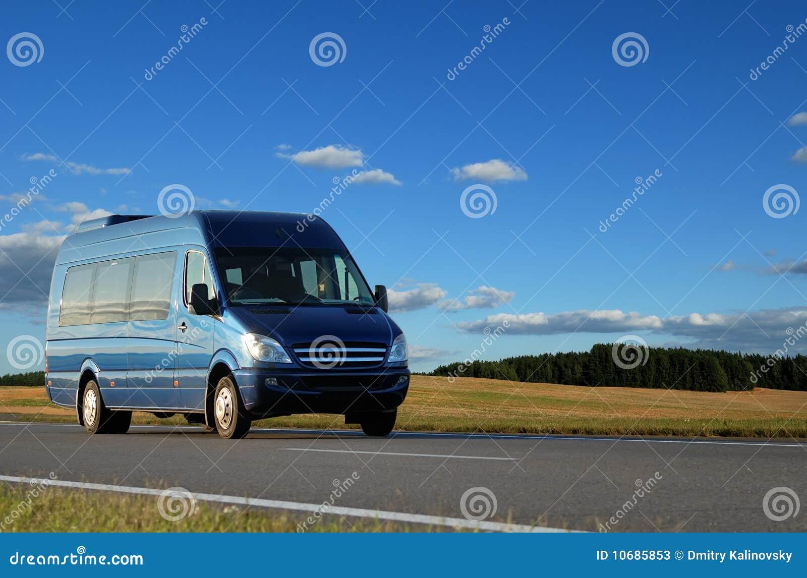 Blauer Kleinbus auf Datenbahn