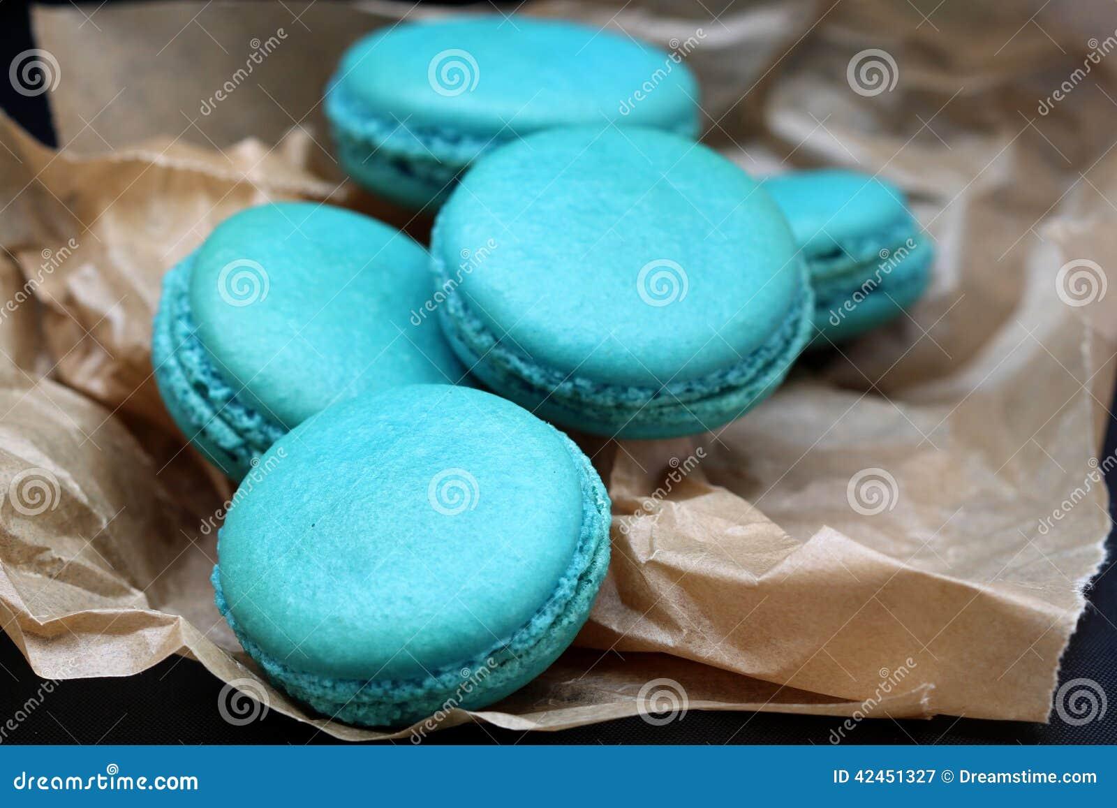 Blauer Macarons-Abschluss oben auf gebackenem Papier