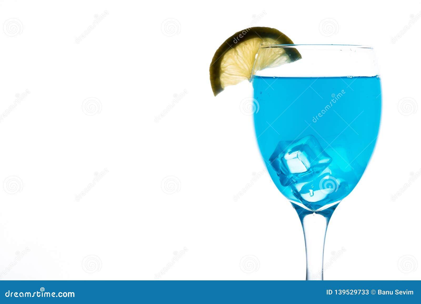 Blauer Martini im Glas