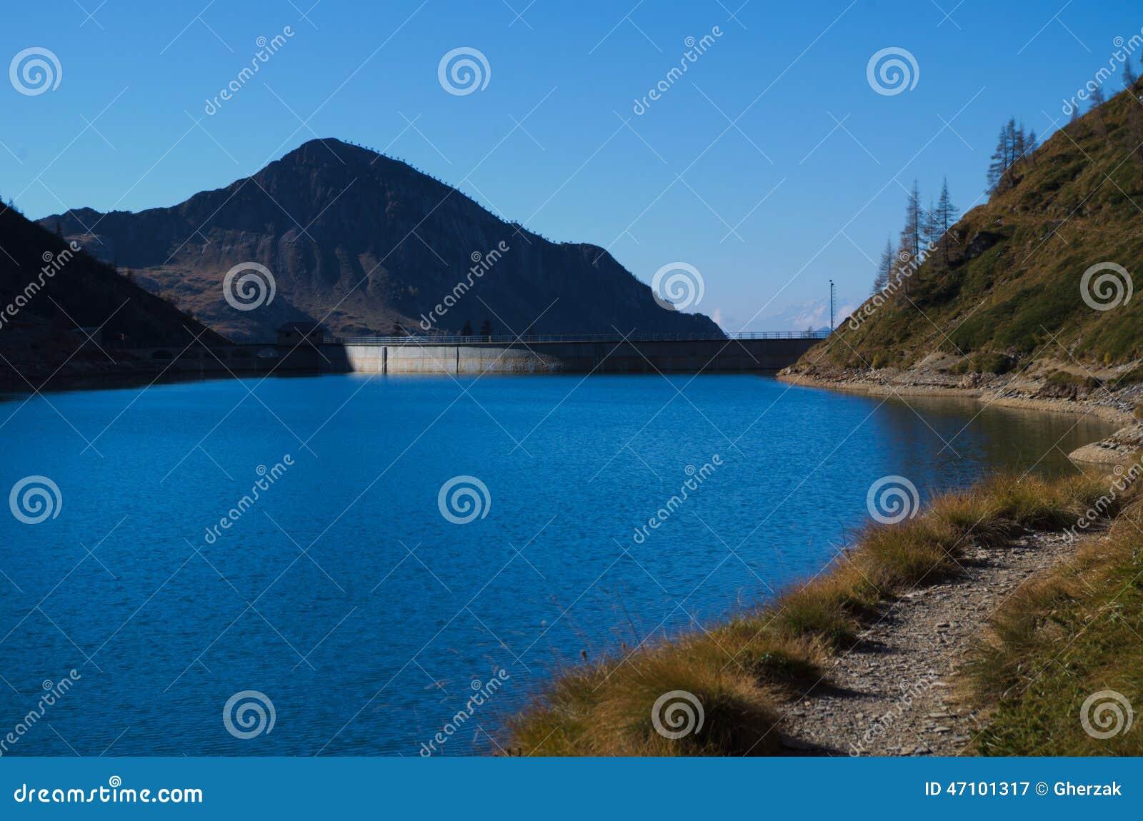 Blauer See in den Alpen