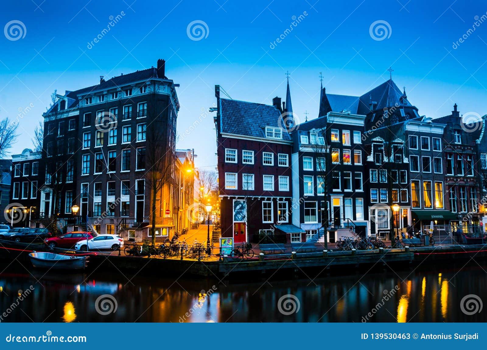 Blauer Sonnenaufgang des Morgens auf Amsterdam-Kanal