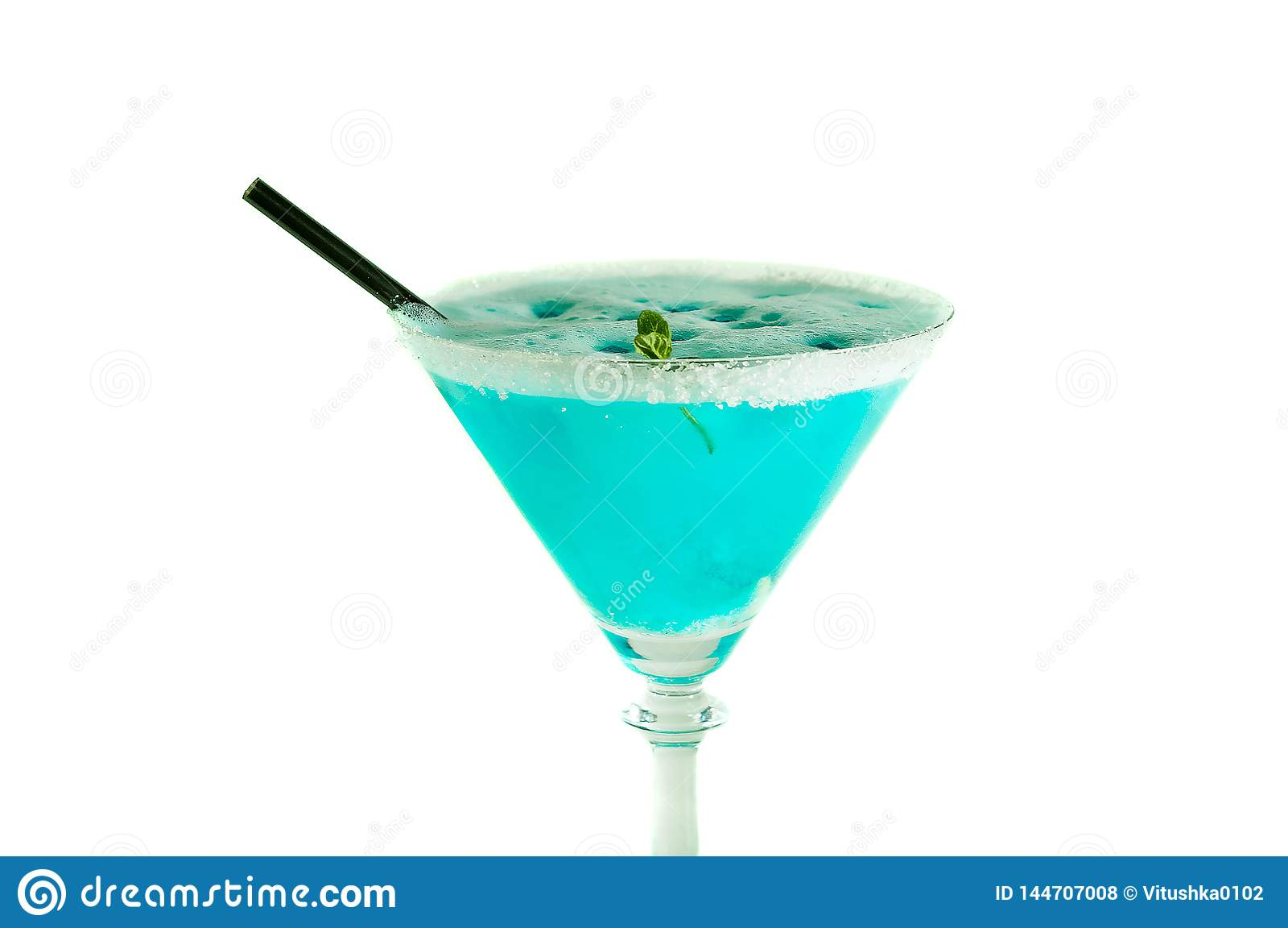 Blaues Alkoholgetränk verziert mit dem Zucker und schwarzem Stock lokalisiert auf Weiß