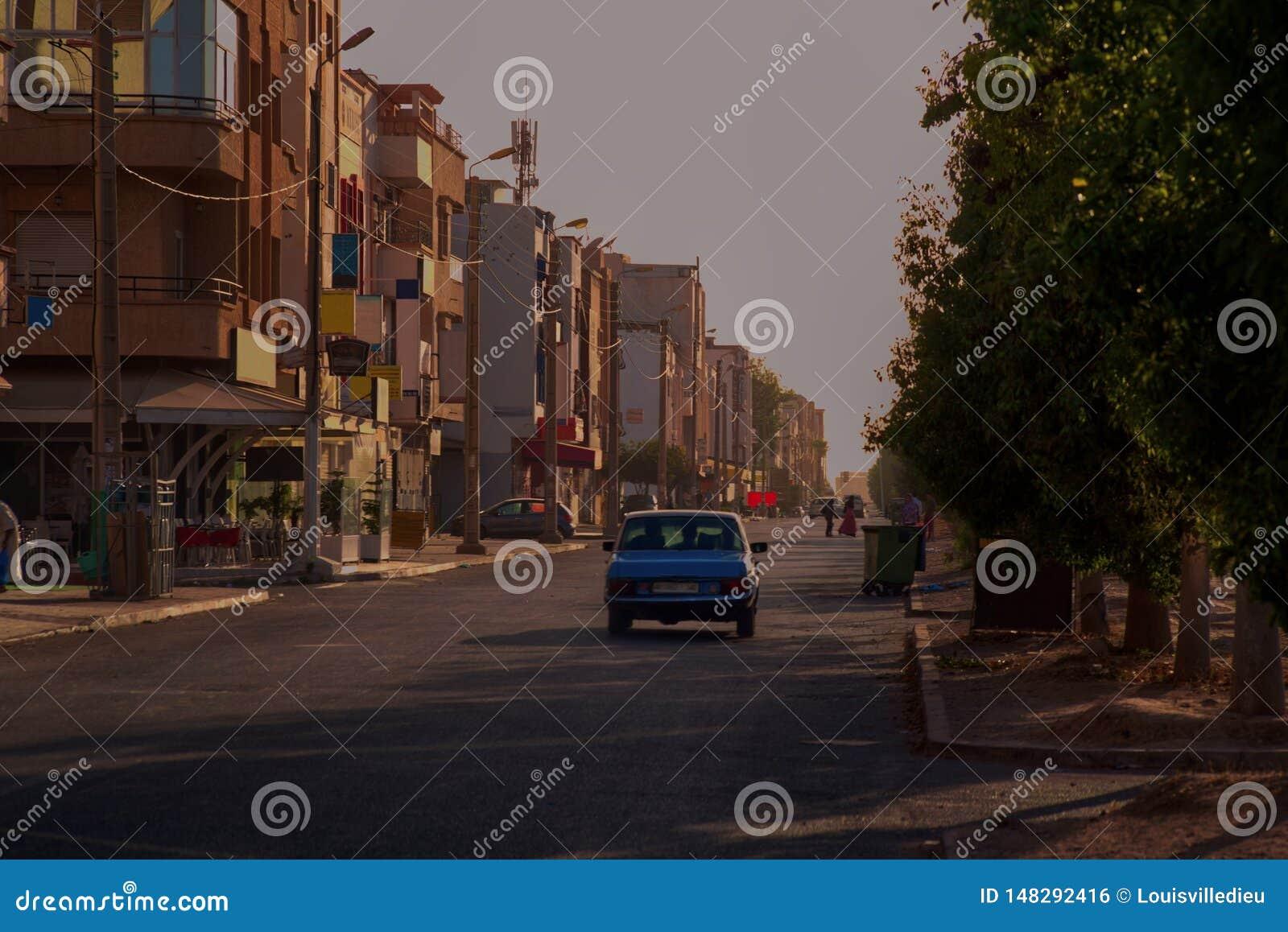 Blaues altes großartiges Taxi Mercedes bei Sonnenuntergang in Agadir Marokko