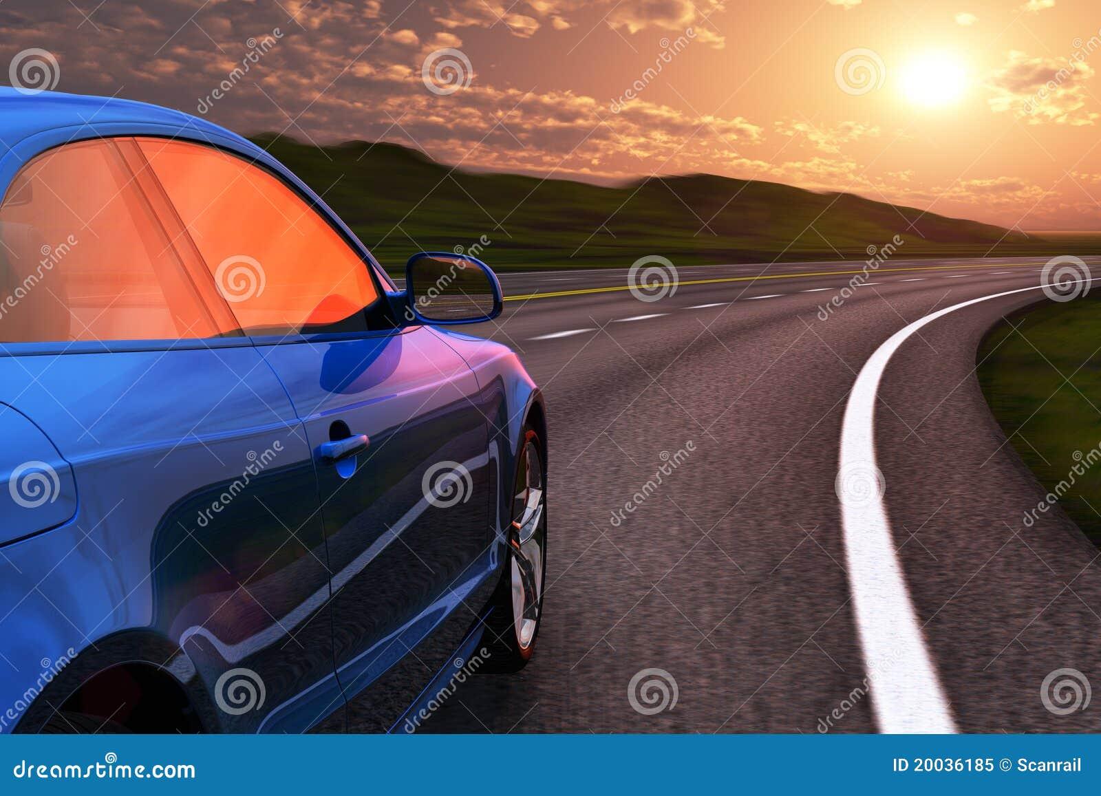 Blaues Autoantreiben durch Autobahn im Sonnenuntergang