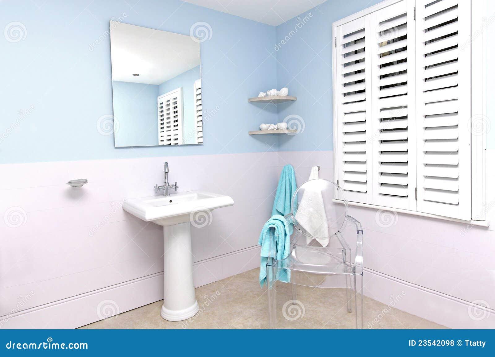 Blaues Badezimmer stockfoto Bild von wanne bassin regal