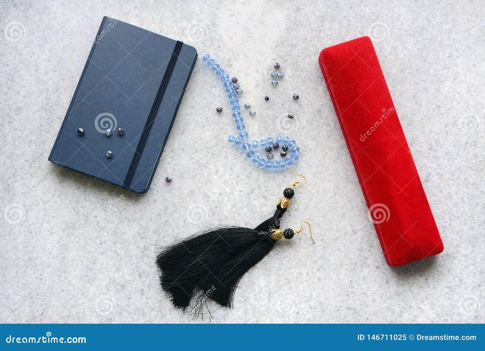Blaues copebook mit rotem Kasten