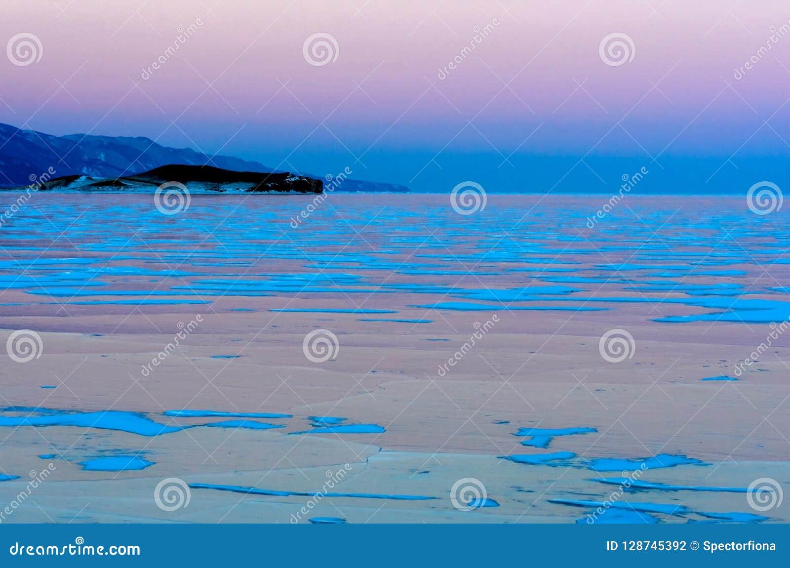 Blaues Eis von Baikal See unter rosa Sonnenunterganghimmel