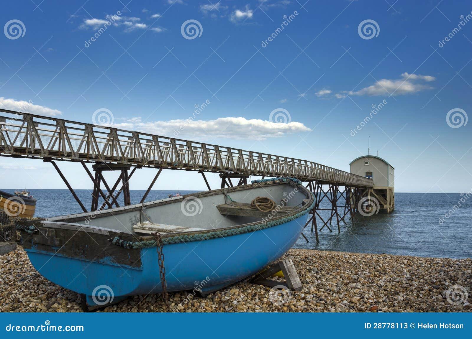 Blaues Fischerboot Selsey Bill an der Rettungsboot-Station