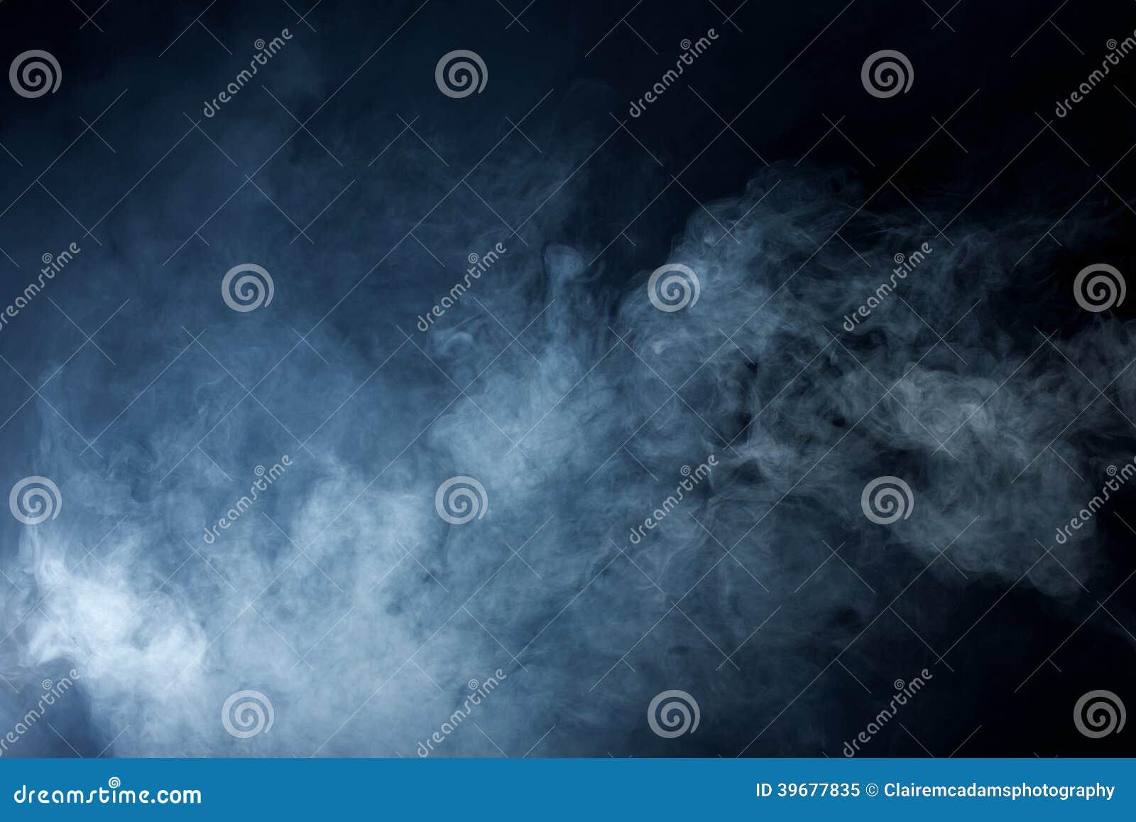 Blaues Grey Smoke auf schwarzem Hintergrund