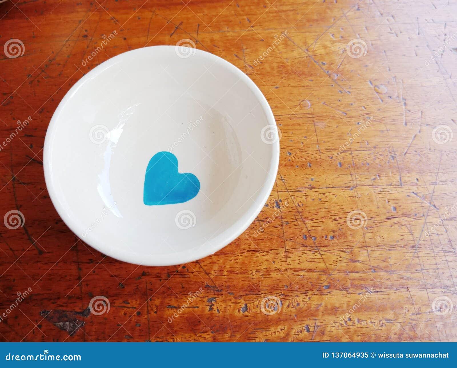 Blaues Herz in der weißen Schale