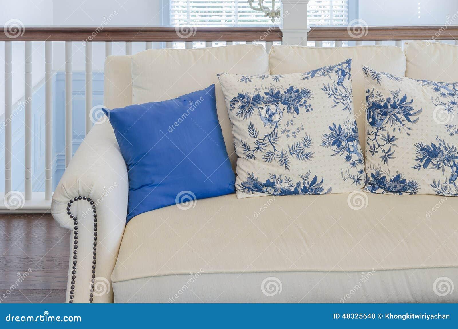 Blaues Kissen Auf Beige Sofa Im Luxuswohnzimmer Stockfoto Bild Von Beige Luxuswohnzimmer 48325640