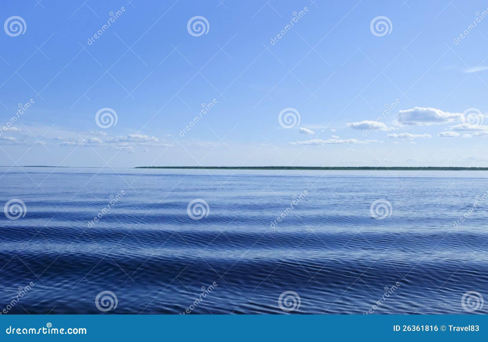Blaues Meer mit Wellen und Himmel