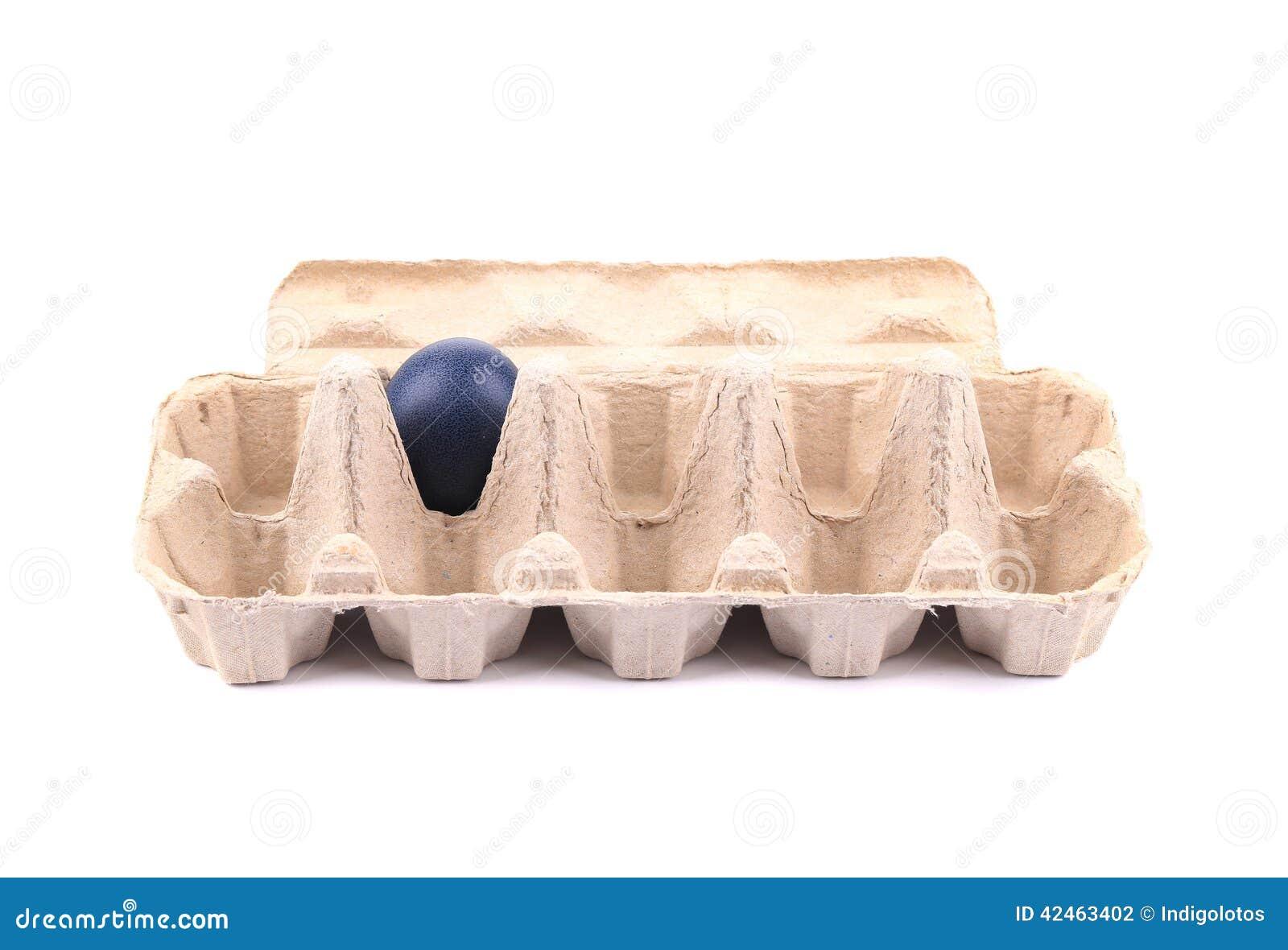 Blaues Osterei in der Pappschachtel