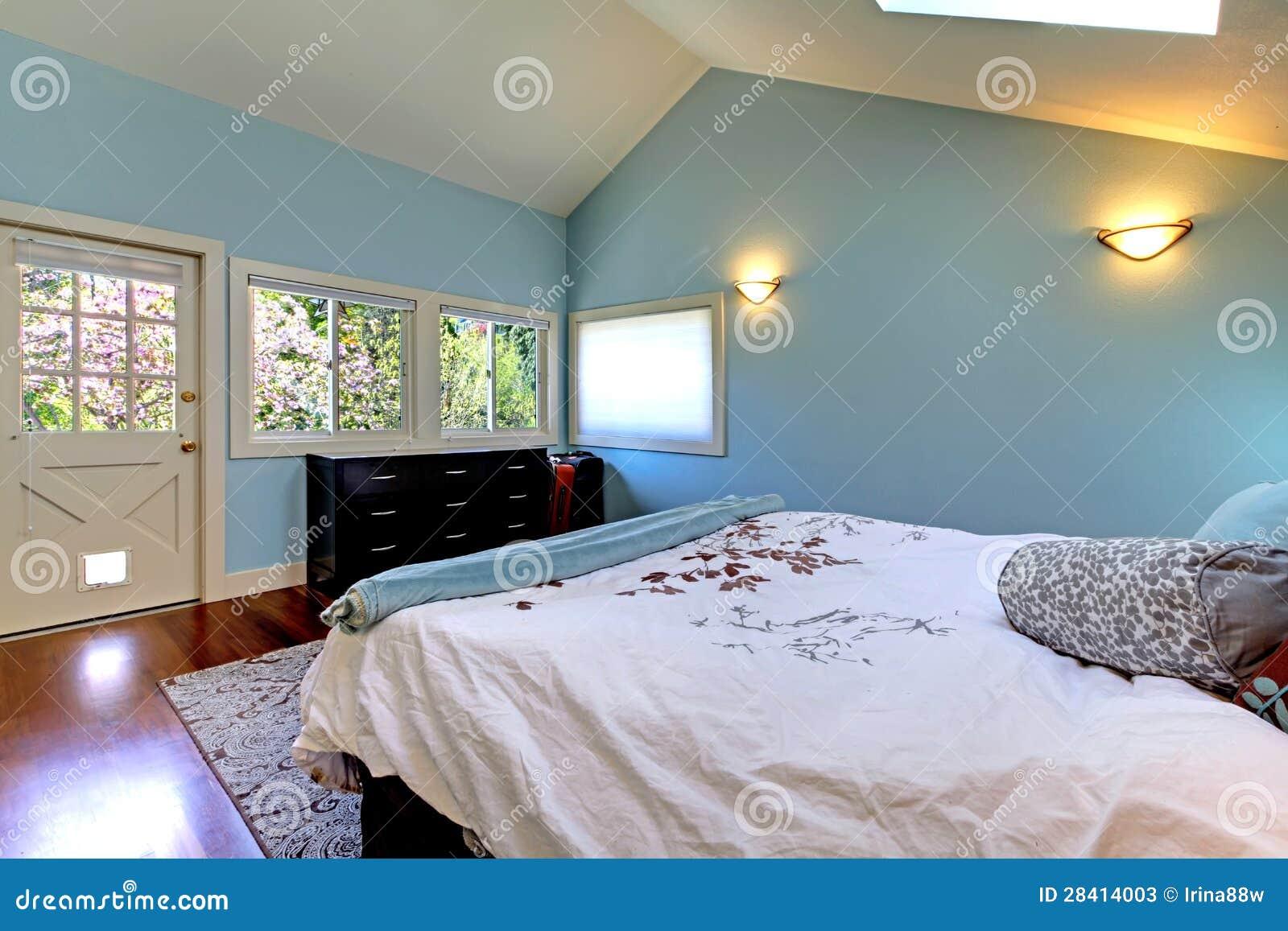 blaues schlafzimmer mit bett und oberlicht stockfotos bild 28414003. Black Bedroom Furniture Sets. Home Design Ideas