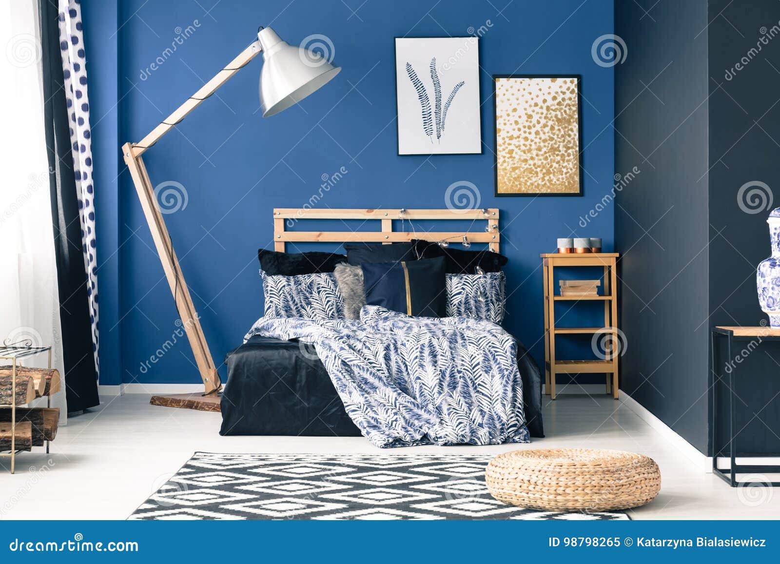 Blaues Schlafzimmer Mit Goldakzenten Stockbild - Bild von pelz ...