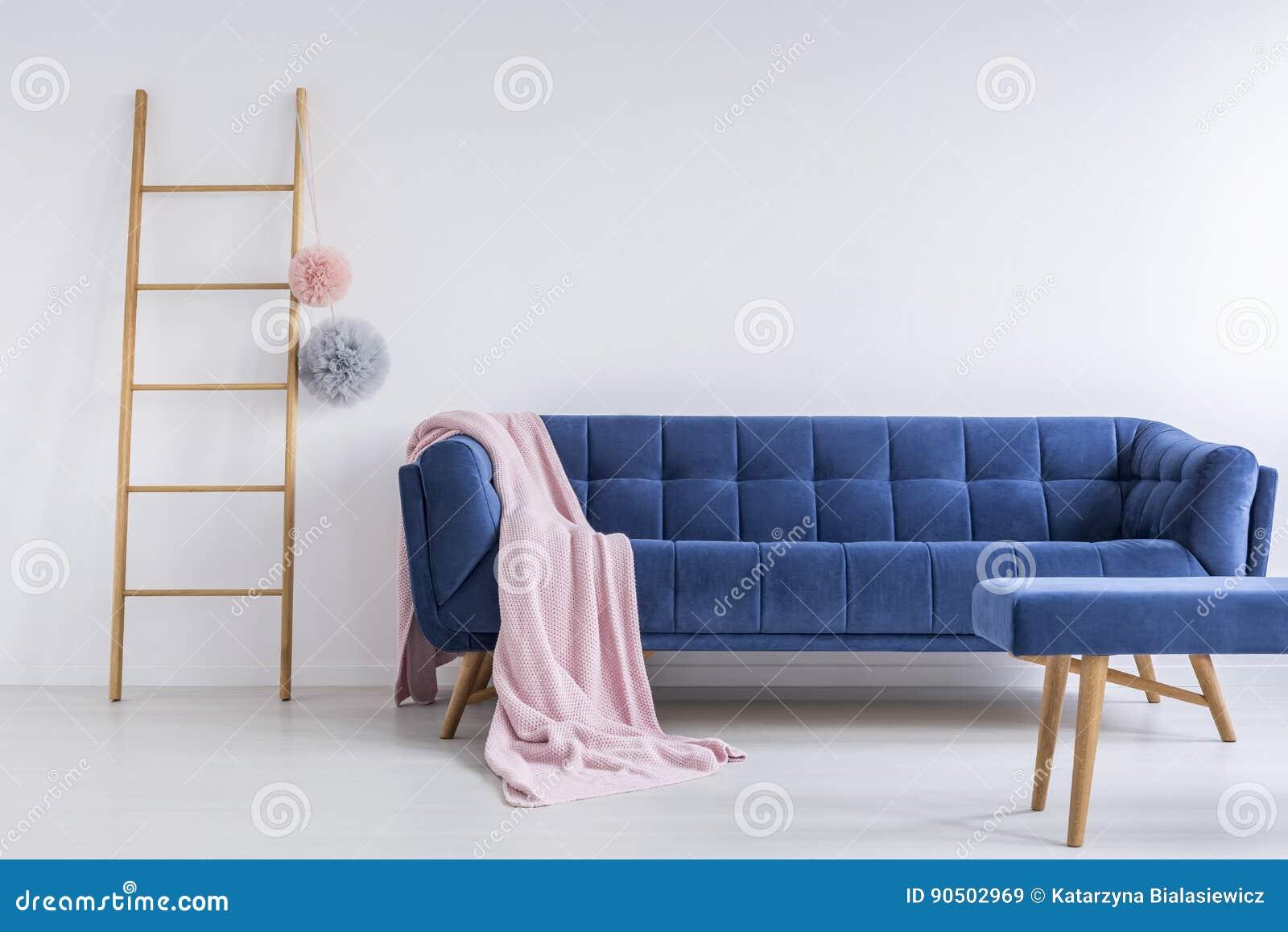 Blaues Sofa Im Reinraum