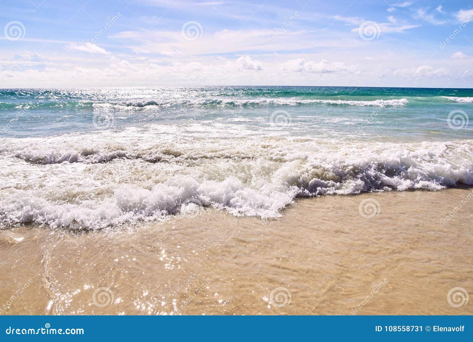 Blaues Wasser Natürliche Beschaffenheit für Auslegunggestaltungsarbeit Weiße Wolken