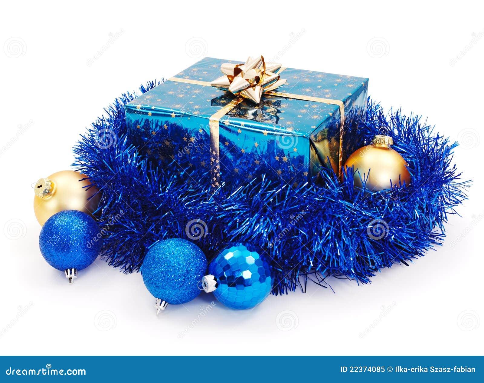 blaues weihnachtsgeschenk umgeben mit blauer girlande. Black Bedroom Furniture Sets. Home Design Ideas