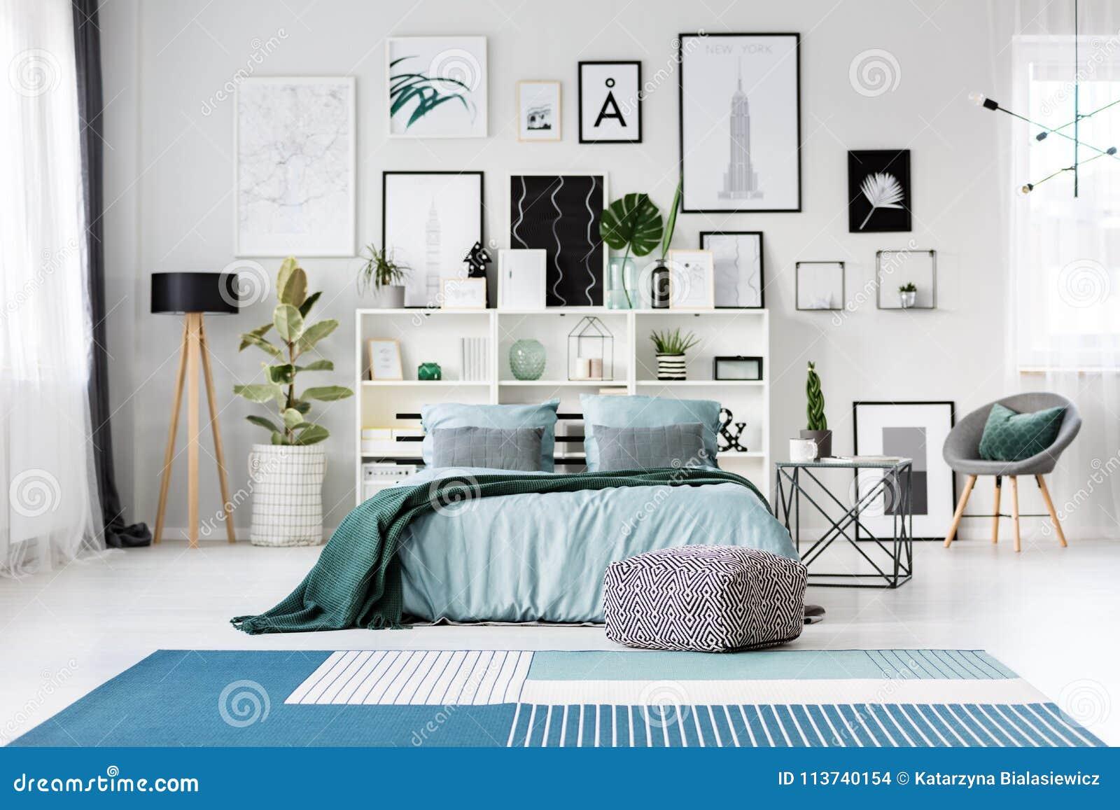 Blauw bed in slaapkamer stock foto. Afbeelding bestaande uit ...