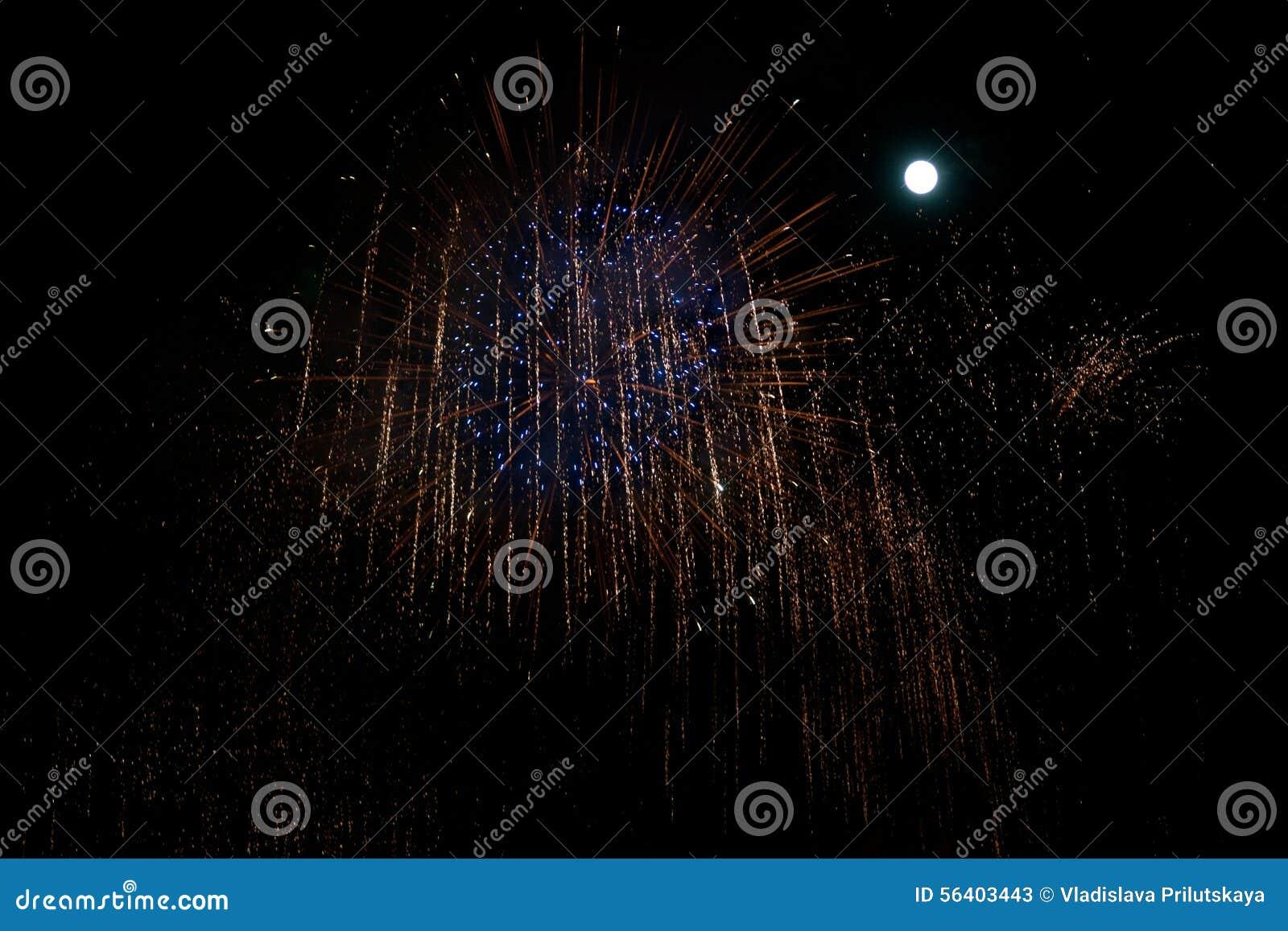 Blauw en rood vuurwerk bij nachtachtergrond met maan
