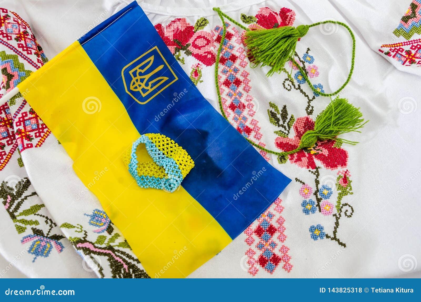 Blauw-gele vlag van de Oekraïne en een deel van een geborduurd overhemd