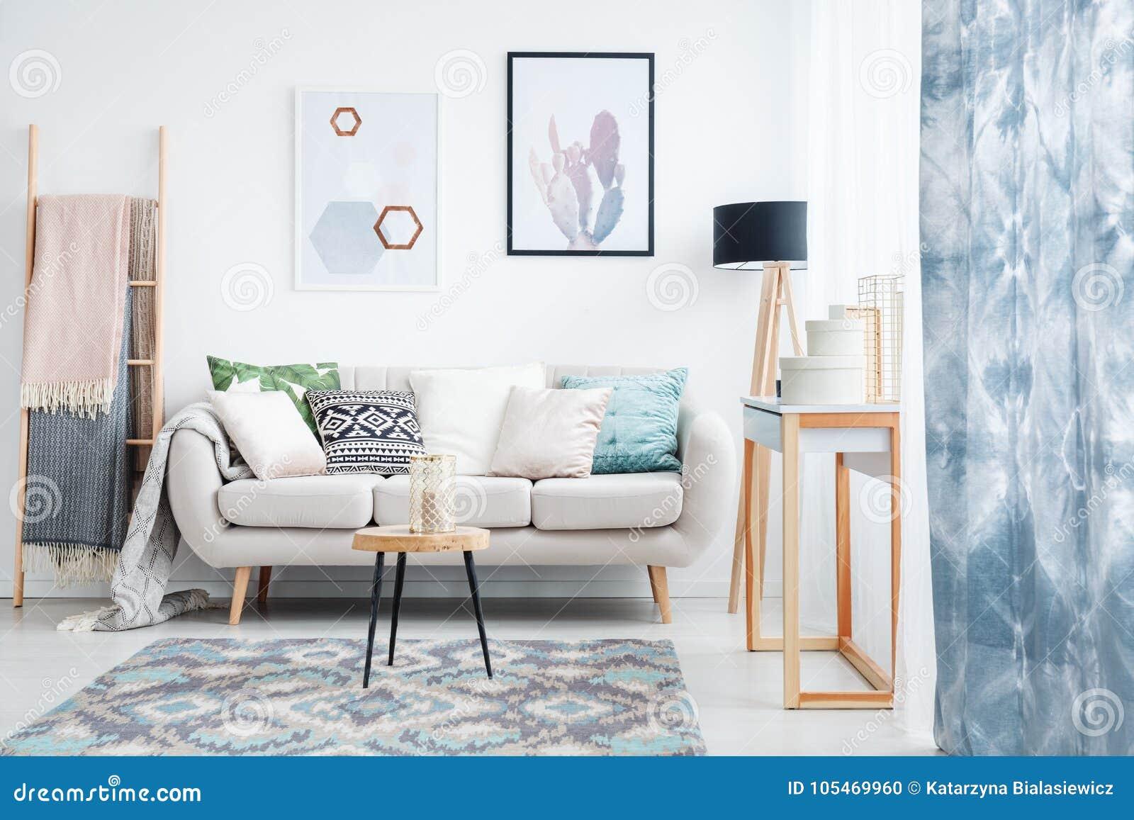 Tapijt In Woonkamer : Blauw gordijn in woonkamer stock foto afbeelding bestaande uit