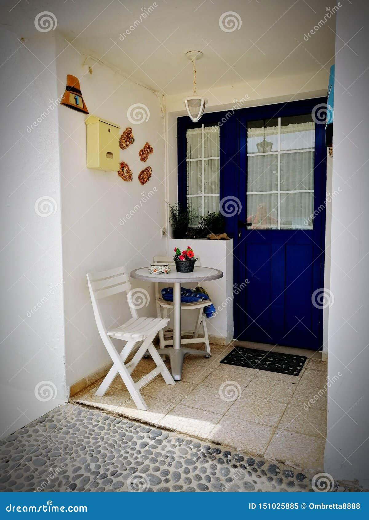 Blauw huis door het overzees