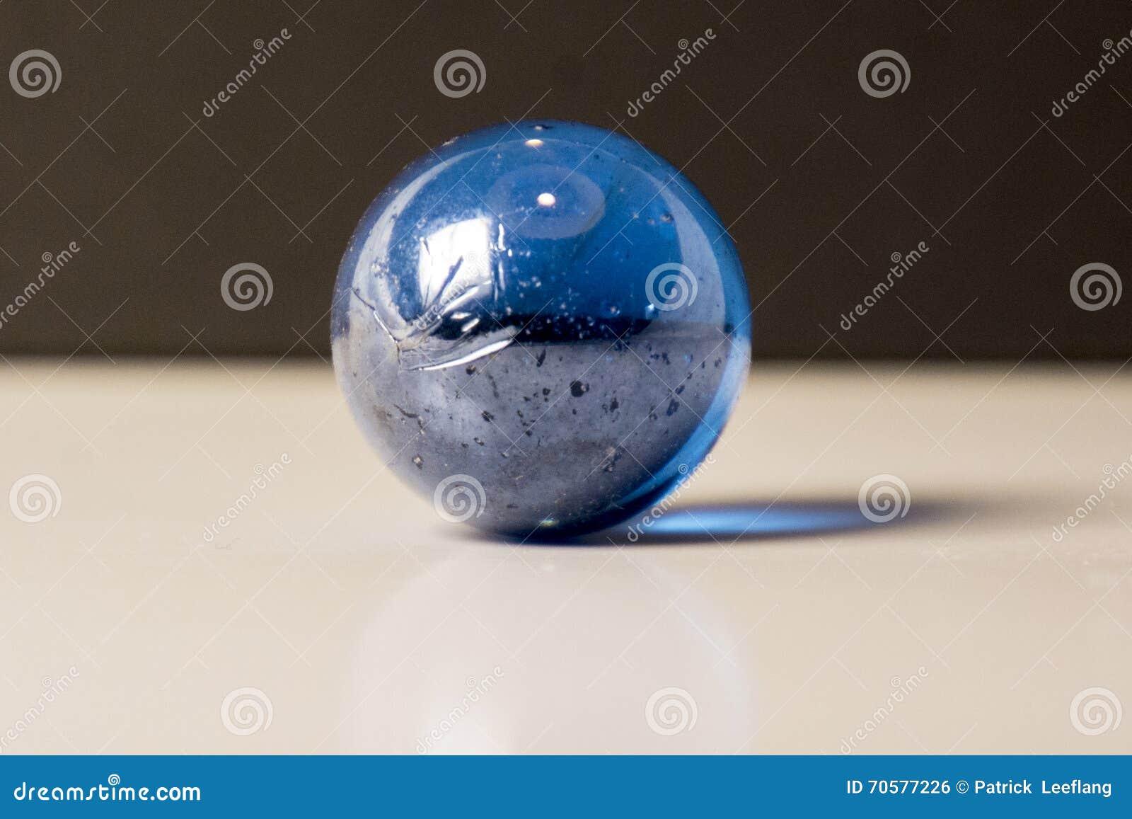 Blauw marmer op een witte oppervlakte