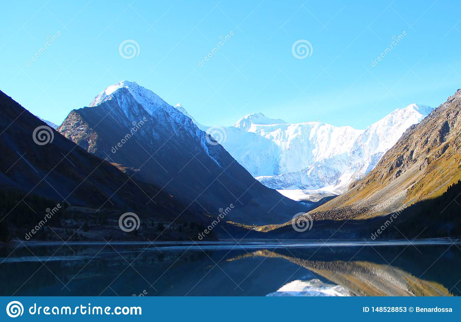Blauw Meer onder de bergen van de Altai-Bergen