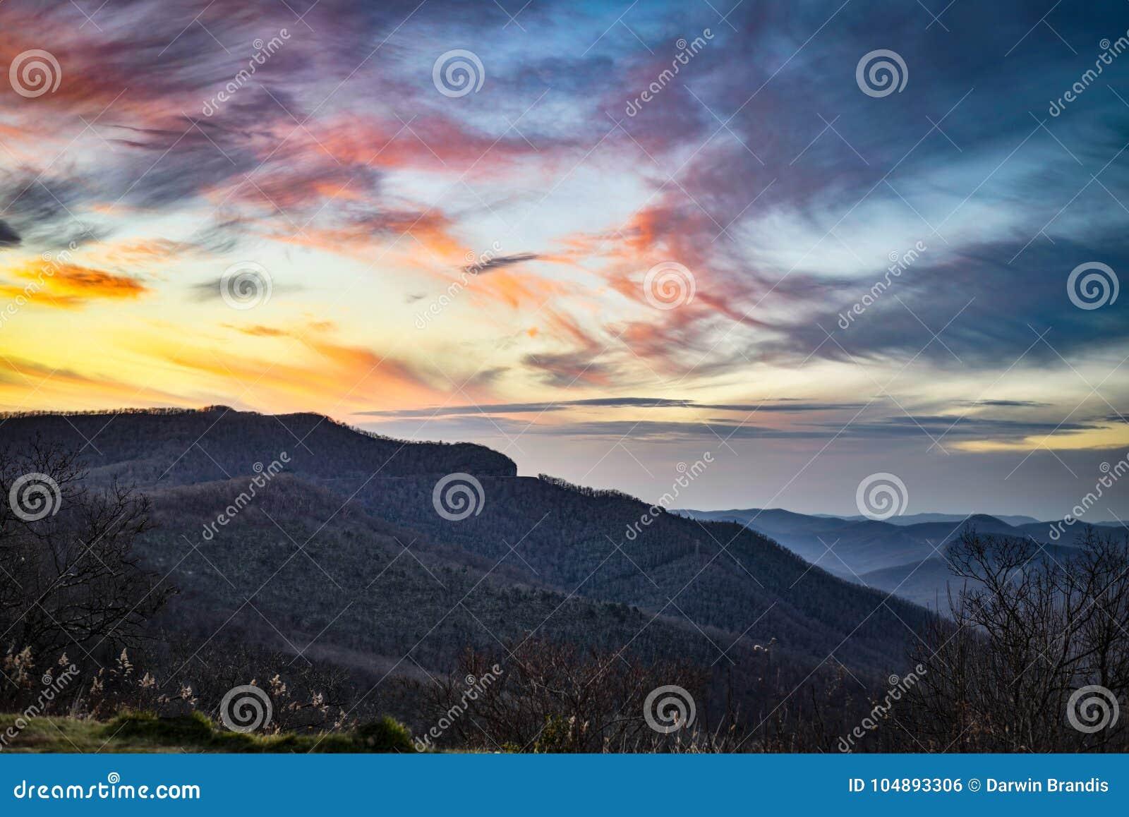 Blauw Ridge Mountains bij Schemer