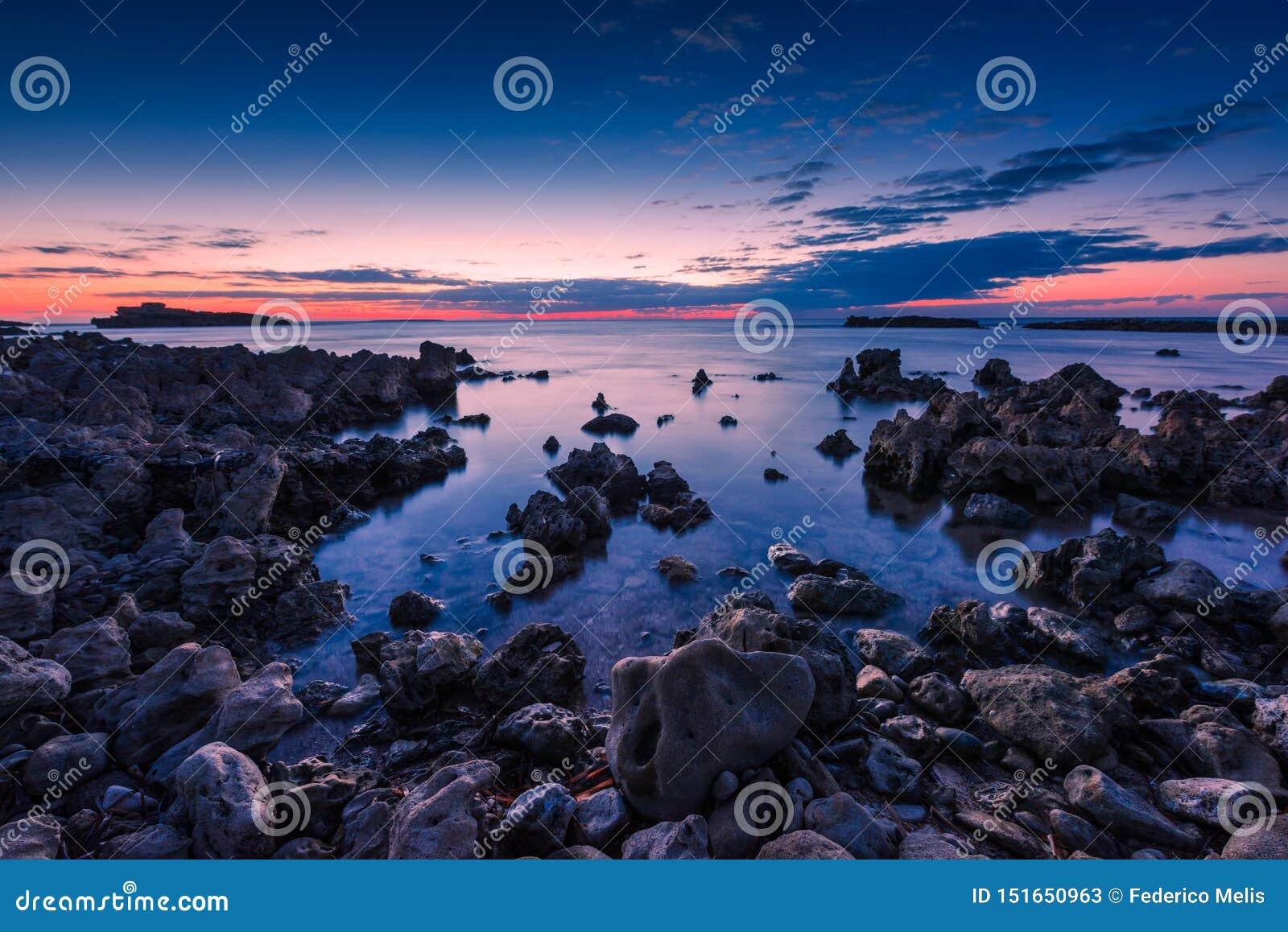 Blauw uur bij het overzees in de westkust van Sardinige, Italië