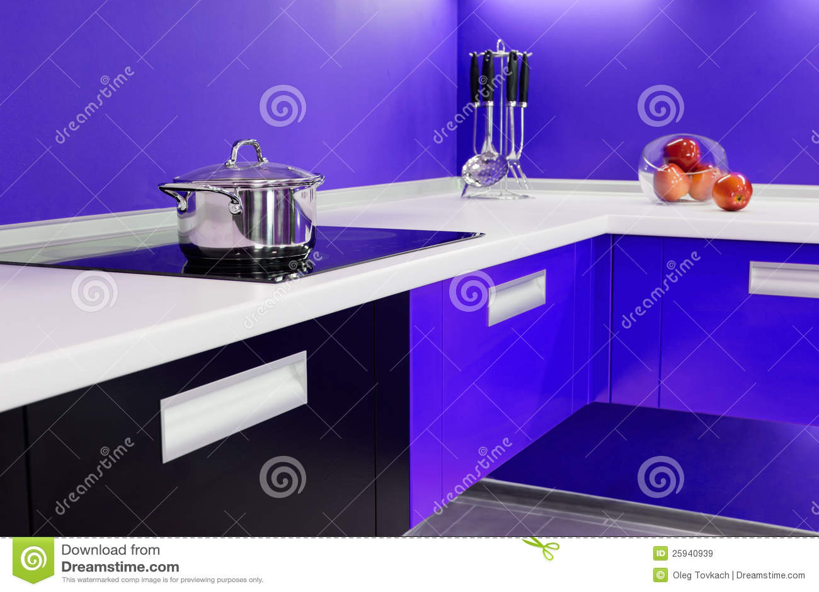 Moderne Blauw Keuken : Blauw wit keuken modern binnenland stock afbeelding afbeelding