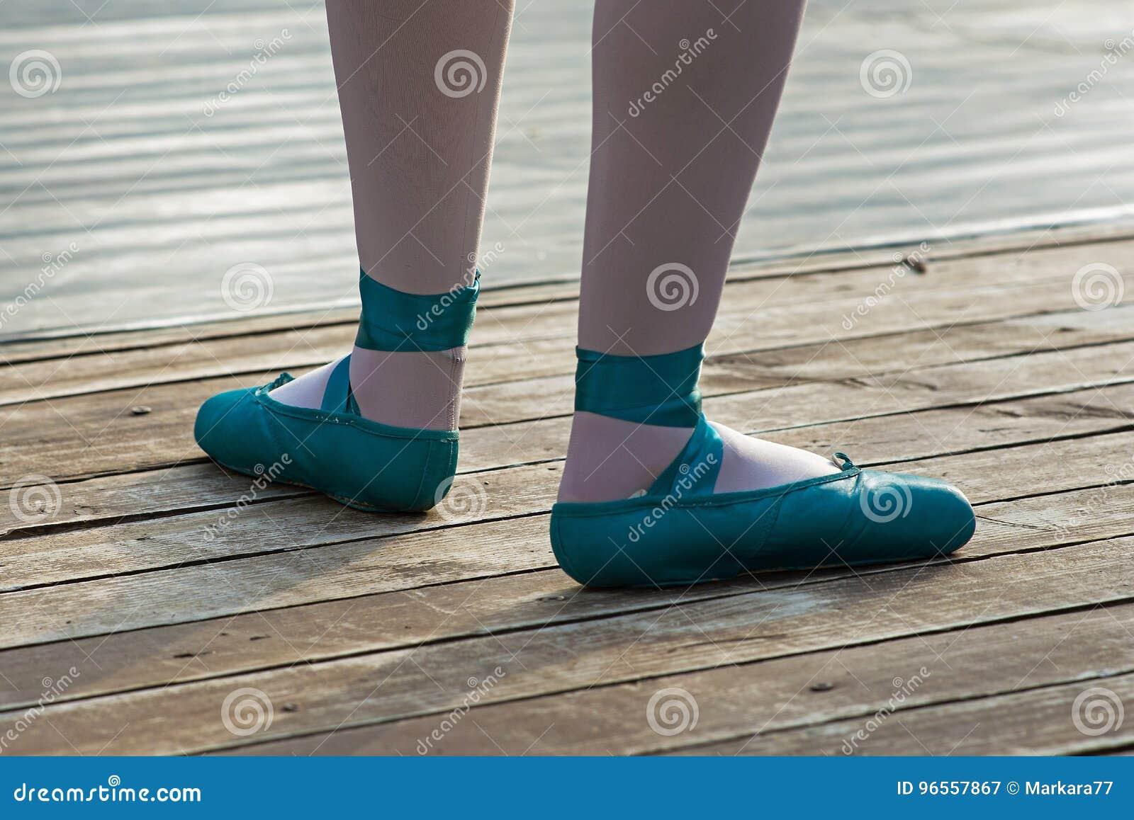 Blauwe balletschoenen met witte sokken in ballerina
