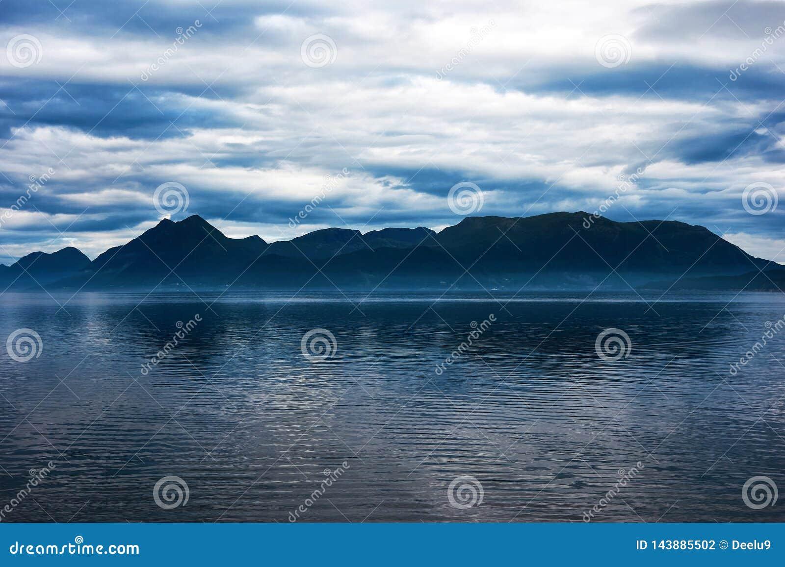 Blauwe berg over een fjord