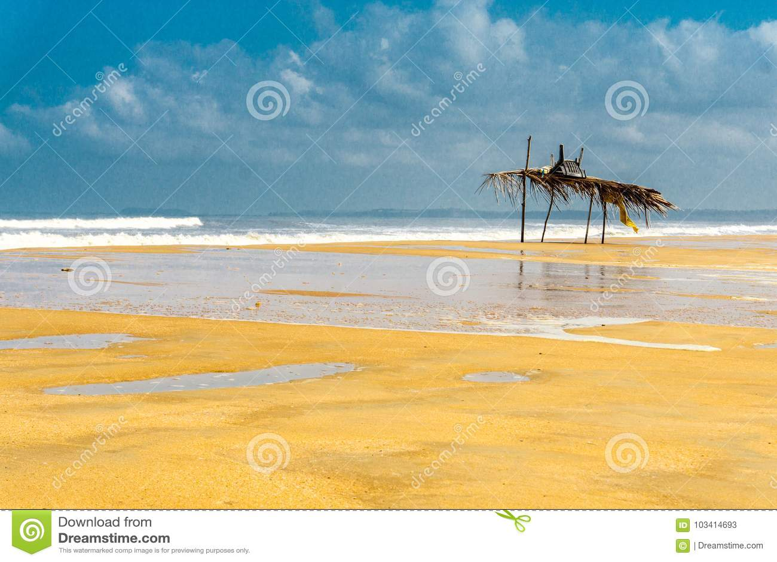 Blauwe bewolkte hemel en brede stranden in Goa, India