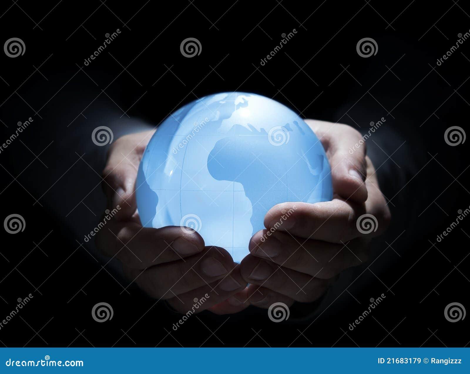 Blauwe bol in menselijke handen
