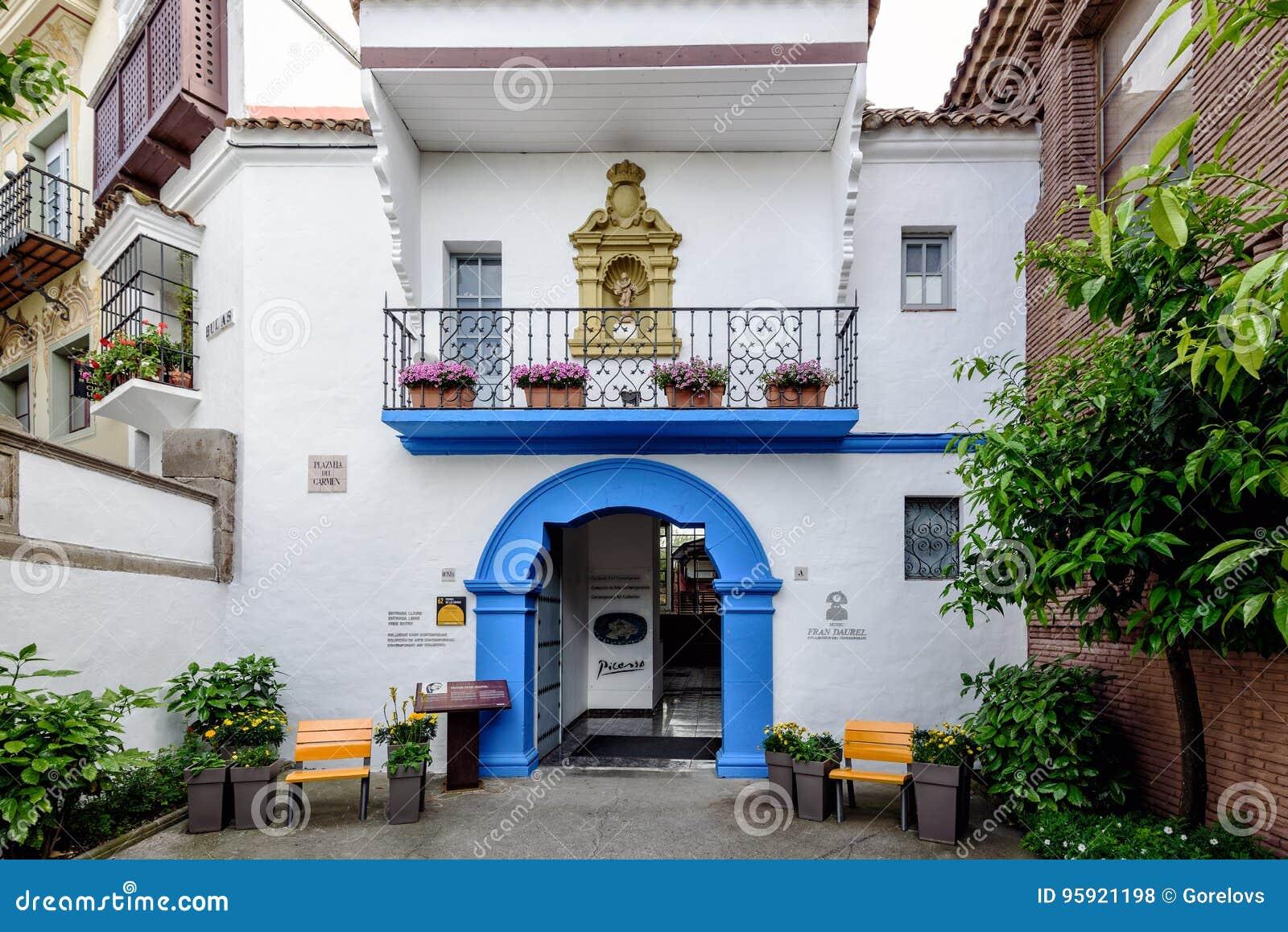 Blauwe boog als ingang aan het museum van Picasso in Traditioneel Spaans dorp in de stad van Barcelona