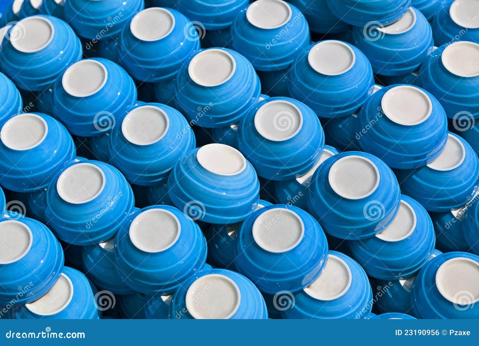 Blauwe ceramische koppen - schotels op de markt