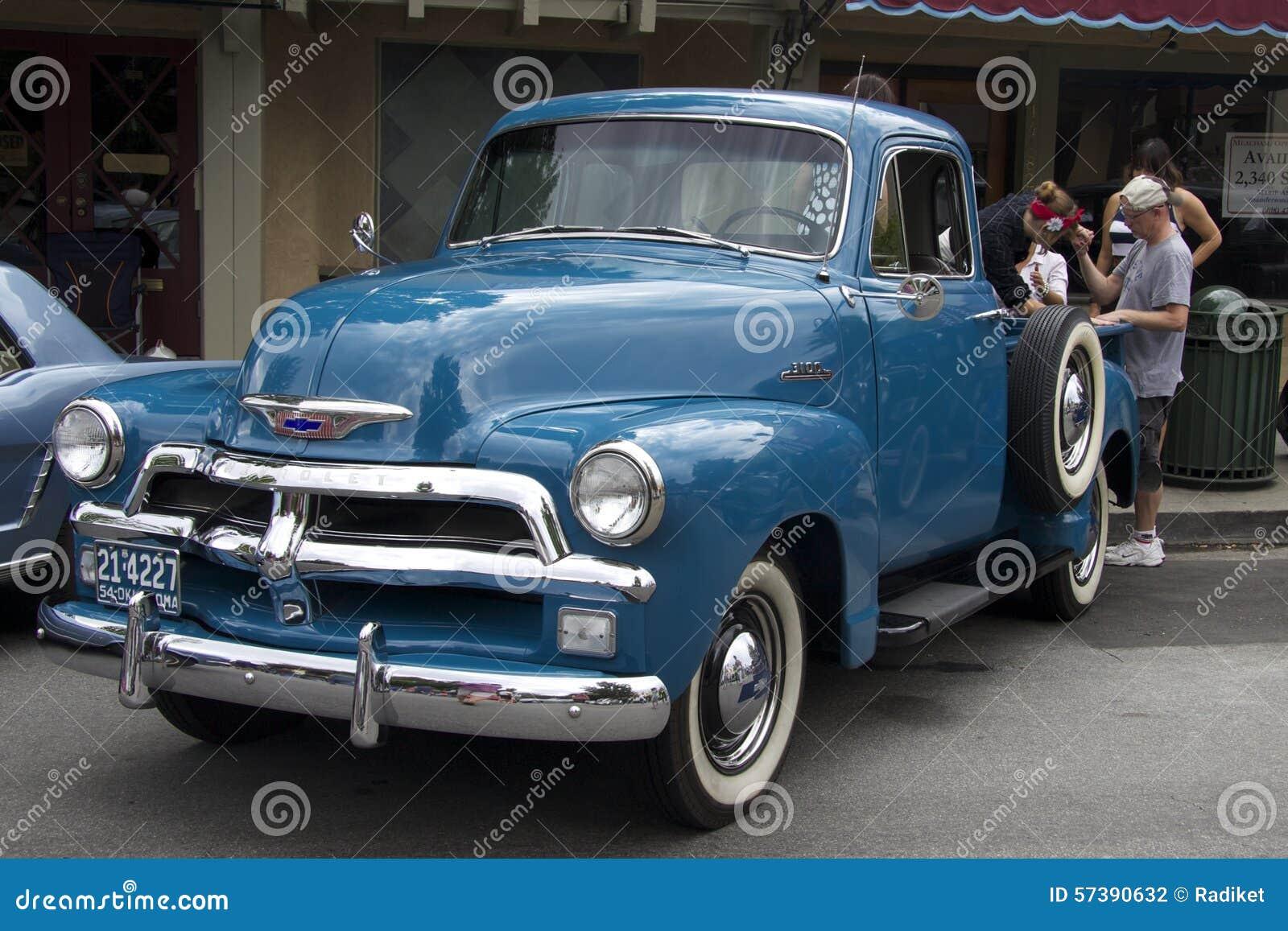 Blauwe Chevy-pick-up dichtbij de koffie Front View