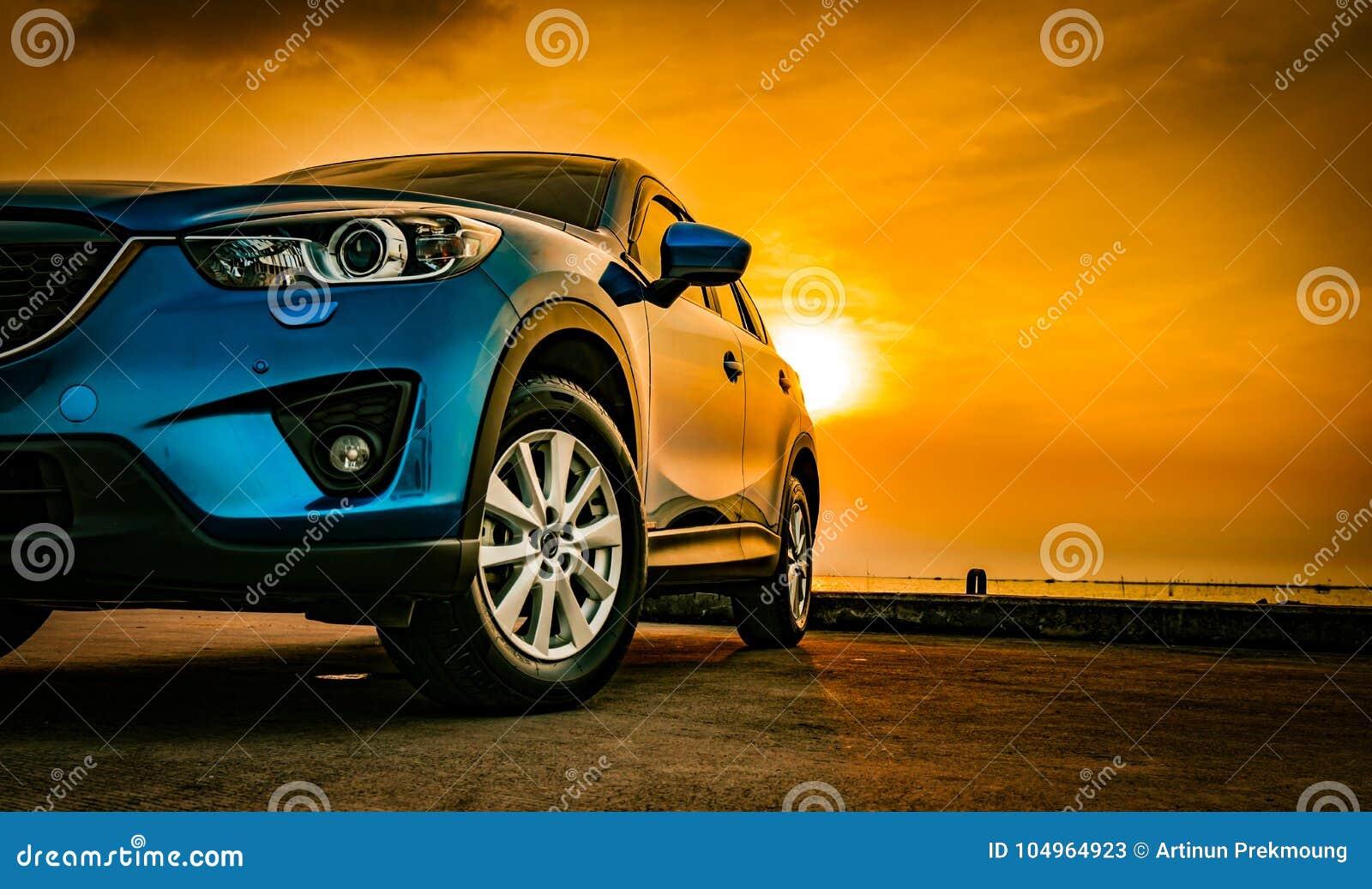 Blauwe compacte SUV-auto met geparkeerde sport en modern ontwerp
