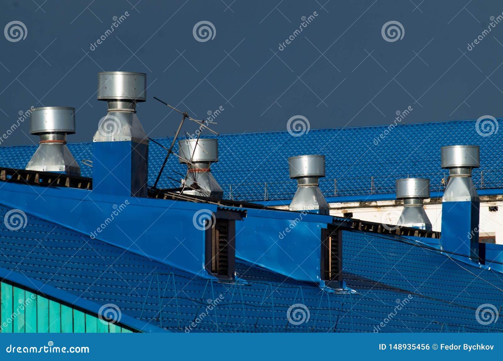 Blauwe dak en ventilatiepijpen op het