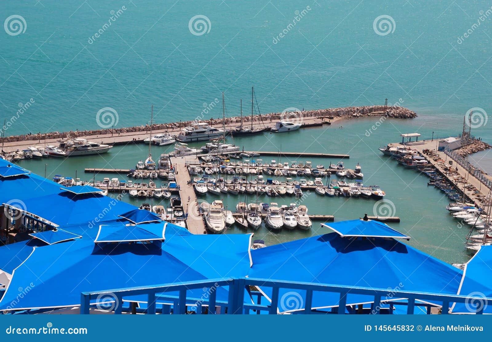 Blauwe daken tegen het overzees