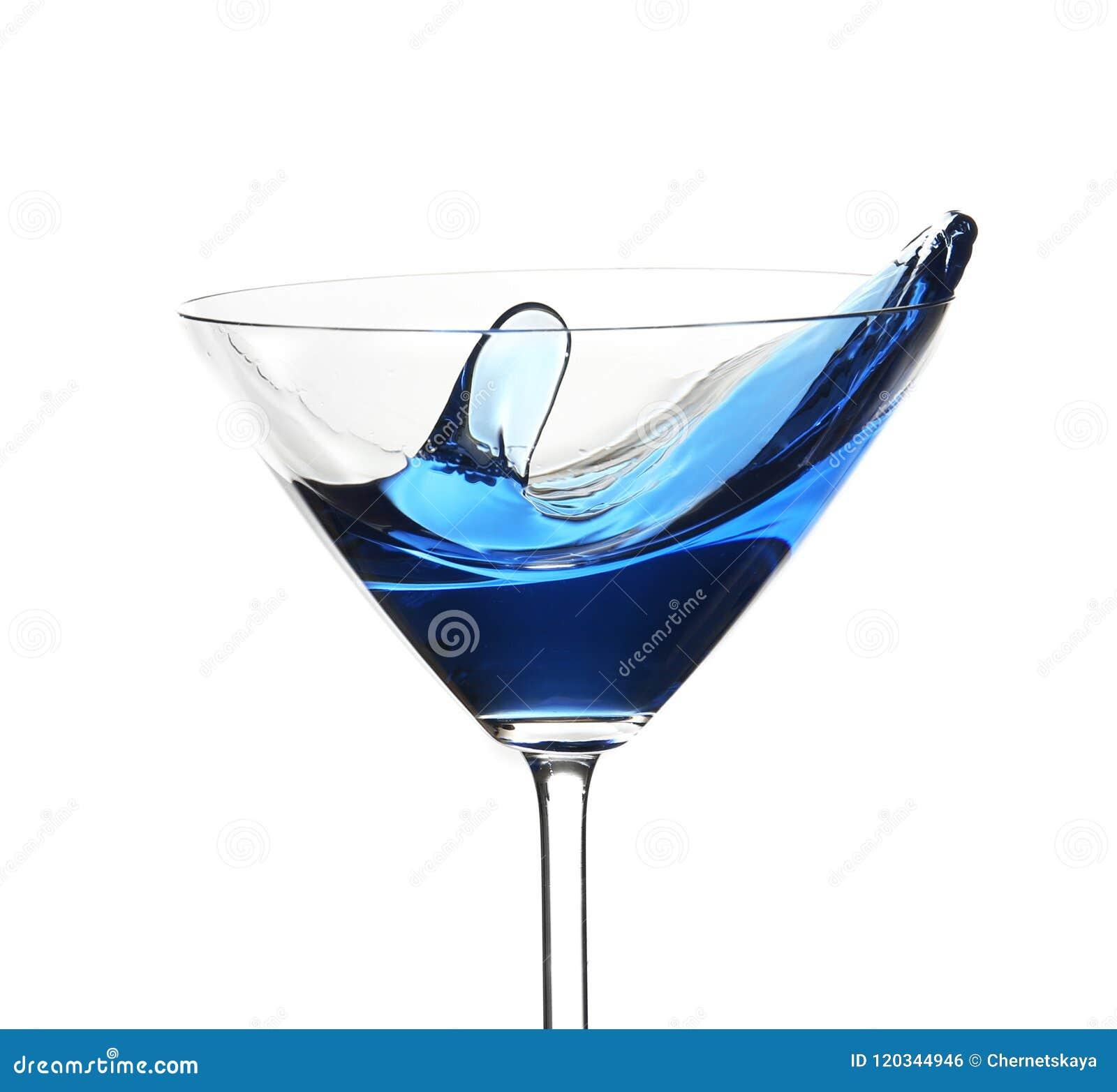 Blauwe die cocktail met plons, op wit wordt geïsoleerd