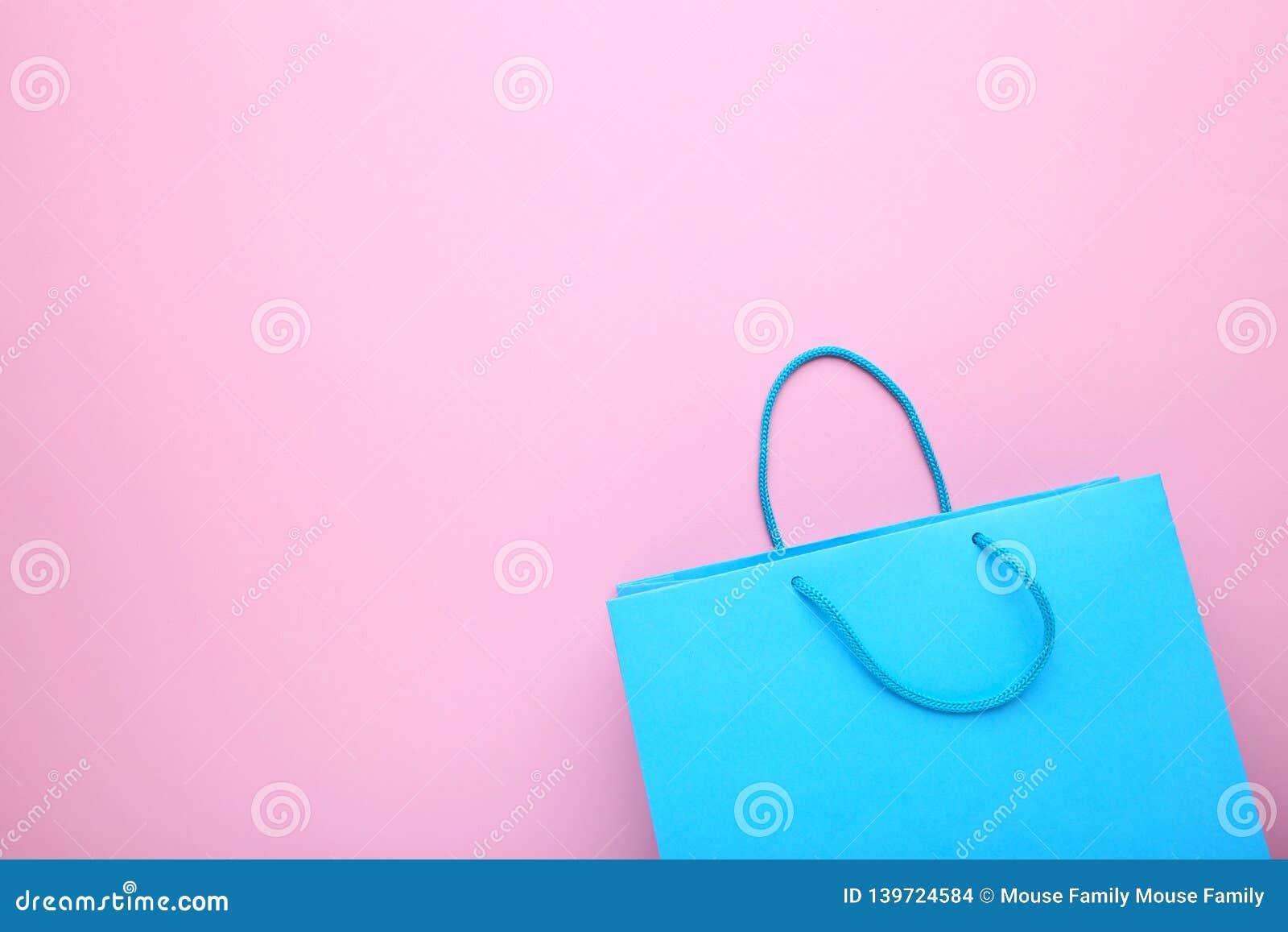 Blauwe document het winkelen zak op roze achtergrond