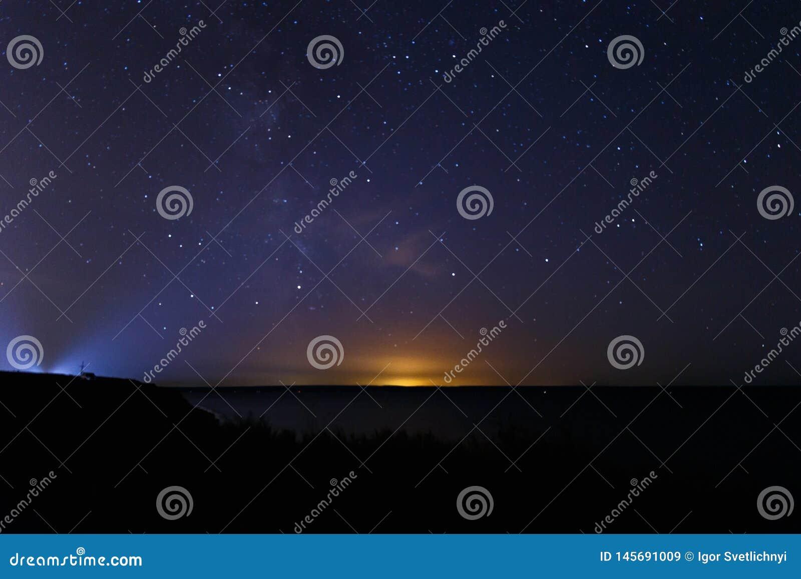 Blauwe donkere nachthemel met vele sterren