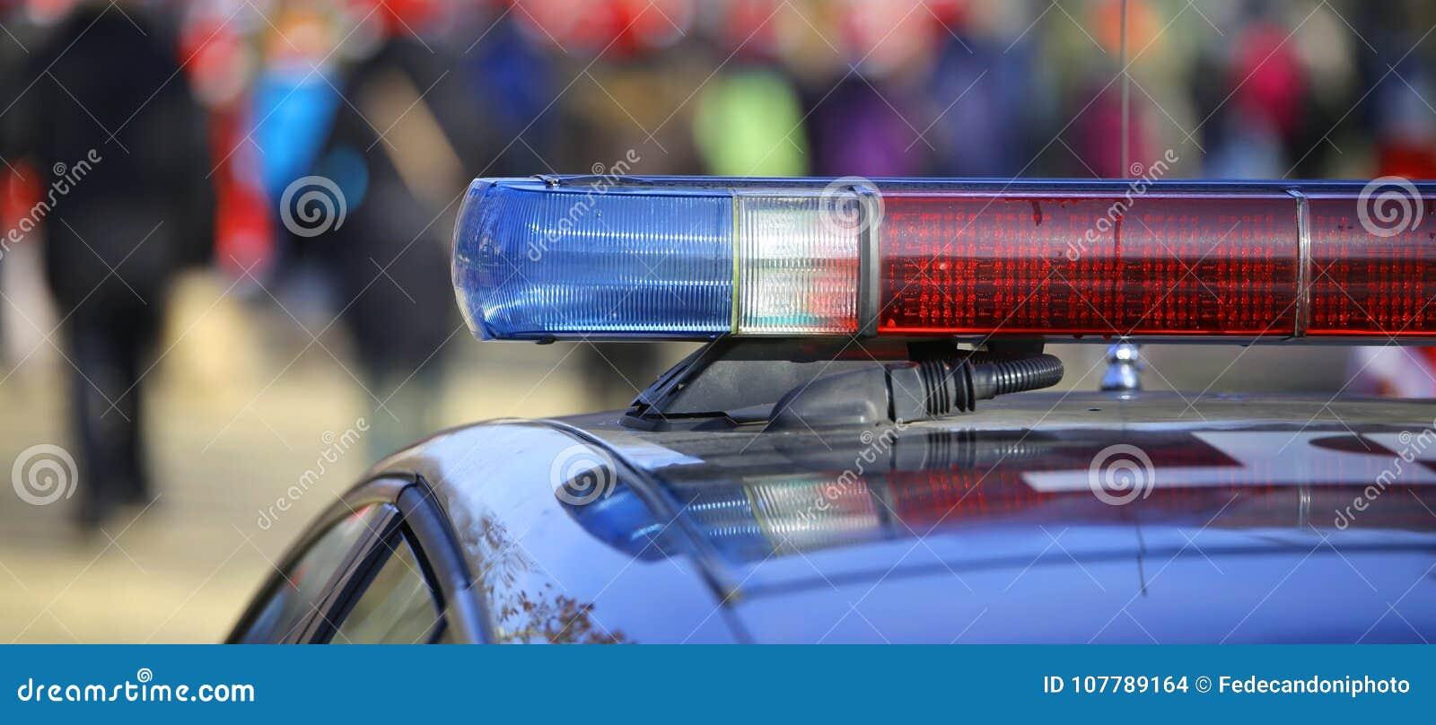 Blauwe en rode sirenes van de politiewagen
