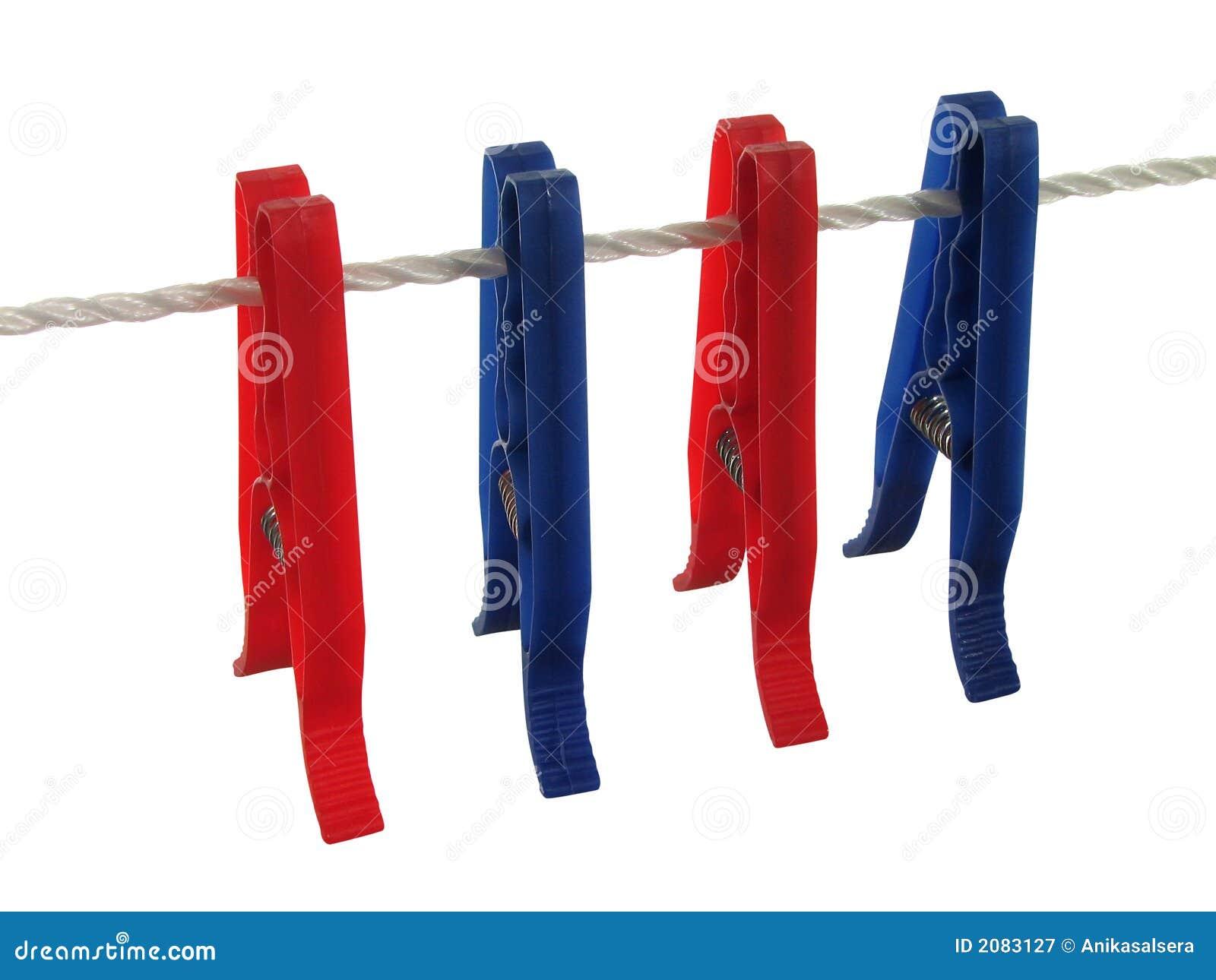 Blauwe en rode wasknijpers op een waslijn het knippen - Tendedero de ropa electrico ...